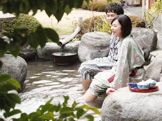 星野リゾート 界 伊東 目の前に広がる日本庭園の眺めも楽しめる足湯