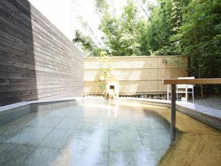 熱海ふふ 自家源泉かけ流しの大浴場