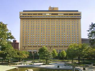 名古屋観光ホテル 名古屋の中心に位置。目の前には公園が広がる