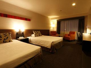 名古屋東急ホテル 快適に過ごせる客室。広いライティングデスクは忙しいビジネスマンには嬉しい