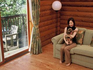 青山高原リゾート ホテルローザブランカ 池の岬に立つログハウス。愛犬と一緒に宿泊できるログハウスもあります