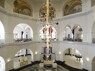 ロイヤルオークホテル スパ&ガーデンズ 天井の高さが20mを越える吹き抜けのロビー。アロマの香りに包まれた非日常空間