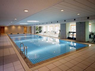 室内プールとフィットネスジム、ジャグジーなども完備