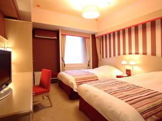 ホテルモントレ京都 ピンクをアクセントに茜色と木製家具に囲まれた客室はチャーミング。安眠もお約束