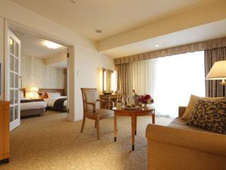 リーガロイヤルホテル京都 広々としたリビングでゆっくりお過ごしいただけるジュニアスイートルーム