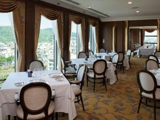 京都ホテルオークラ フランス料理の「ピトレスク」からは、東山の眺望や古都の街並みが見渡せる