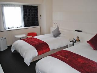 クロスホテル大阪 赤・白・黒を基調としたスタイリッシュな客室。セパレートのバスが好評