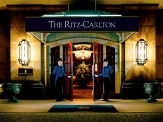 ザ・リッツ・カールトン大阪 極上のおもてなしは笑顔のドアマンが扉を開け訪問者を招き入れるところから始まる