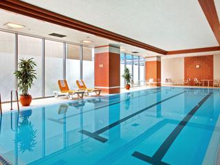ヒルトン大阪 室内プールなどを備えたフィットネスセンター、ジムは24時間利用可能