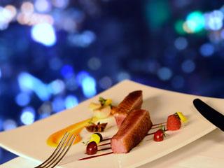 ヒルトン大阪 世界の味覚が楽しめる5つのレストランも人気。最上階のスカイラウンジがおすすめ