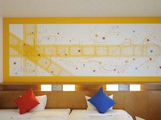 ホテル京阪ユニバーサル・シティ 愛らしい妖精などがかたどられた、「小さな幸せ探し」をお楽しみいただける壁クロス