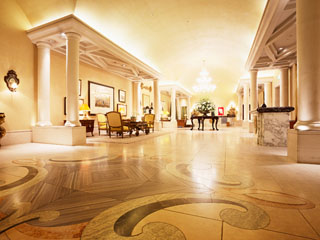 ホテル阪急インターナショナル 館内は南欧の邸宅をイメージ。気品があふれる中に温もりや親しみを兼ね備えます