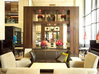 ホテル日航大阪 御堂筋を眺める、広々と開放感あふれる吹抜けスペースのティーラウンジ