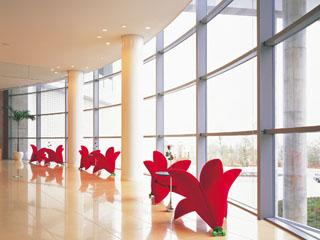 ウェスティンホテル淡路 個性的なインテリアと陽光がさしこむ開放的なロビー