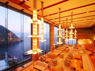 ホテル金波楼 眼前に「お待ち岬」と日本海を望むロビーラウンジ
