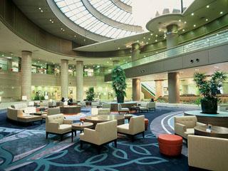 神戸ポートピアホテル 高さ17mの吹き抜け天井が特徴の開放感あふれるロビー