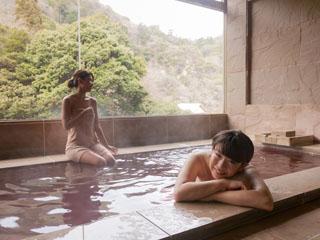 有馬温泉 月光園鴻朧館 貸切風呂のひとつ「ワイン風呂」。ご友人やご家族との水入らずのひと時をどうぞ