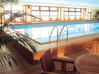 神戸ベイシェラトンホテル&タワーズ 足に優しいチーク材をデッキに使用したスイミングプール