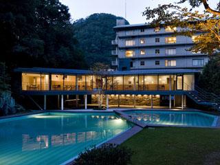 西村屋ホテル招月庭 5万坪の庭園を背景にゆとりとくつろぎの時間をお届けします。