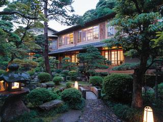 西村屋本館 各客室は日本庭園を取り囲む形で配置されている