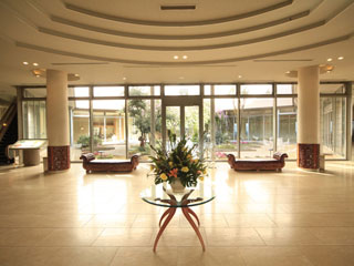 白浜古賀の井リゾート&スパ リゾート感いっぱいのロビーでは、お花がお出迎え