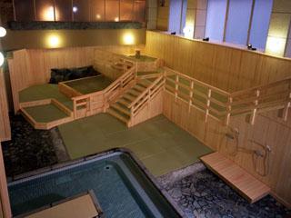 ホテル三楽荘 畳敷きの温泉大浴場「夕月」。2種類の泉質が楽しめます