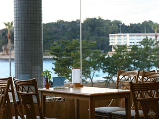 ホテル三楽荘 「カフェミラマール」海を見ながらゆっくりカフェタイム。夜はカクテルを楽しめる