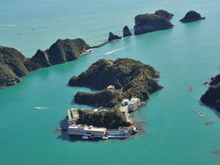 南紀勝浦温泉 ホテル中の島 紺碧の海に囲まれし一島一館の天然温泉宿。島内に源泉を6本保有し、1日800トンの豊富な湯量を誇る温泉が自慢。