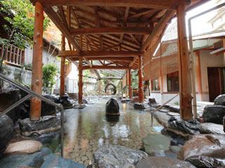三朝温泉 依山楼岩崎 庭園の眺めを楽しむ開放感あふれる露天風呂「逢水の湯」
