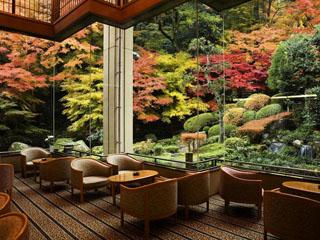 三朝温泉 依山楼岩崎 紅葉の時期には見事なコントラストで庭園が彩られます