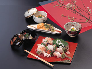 三朝温泉 依山楼岩崎 厳選したお料理を大切に皆様の席へお持ちいたします