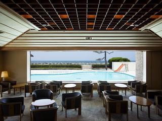 皆生グランドホテル天水 開放感溢れるロビーラウンジ外のガーデンプール