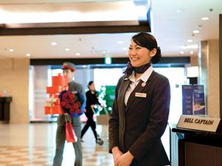ANAクラウンプラザホテル広島 ロビーではスタッフが笑顔でお迎え、ご案内いたします