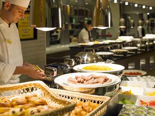 ANAクラウンプラザホテル広島 最大80アイテムが揃う朝食ブッフェ。地産食材や焼きたてパンなどを味わえます