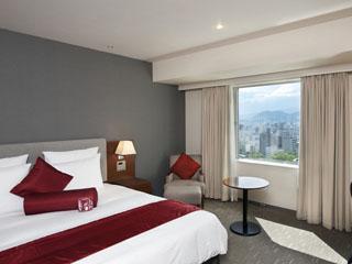 ANAクラウンプラザホテル広島 シンプルで落ち着きのある客室。インターネット接続無料、ズボンプレッサー完備
