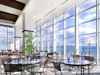 アオアヲナルトリゾート(旧:ルネッサンスリゾートナルト) 陽光が降り注ぐテラスカフェで海を眺めながら優雅にアフタヌーンティータイム