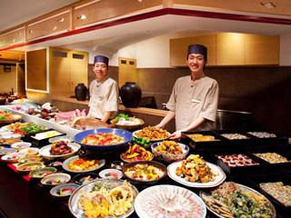 アオアヲナルトリゾート(旧:ルネッサンスリゾートナルト) 郷土料理バイキング阿波三昧ではオープンキッチンに並ぶ出来たての料理を堪能できる