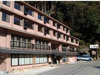 新祖谷温泉ホテルかずら橋 日本三大秘境「祖谷のかずら橋」の近くにあり、四季を通じて祖谷の郷土料理と平家一族の隠し湯、天空露天風呂が楽しめます。