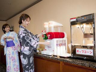 道後プリンスホテル フリードリンクコーナーにはコーヒーやできたてポップコーン・松山銘菓等をご用意