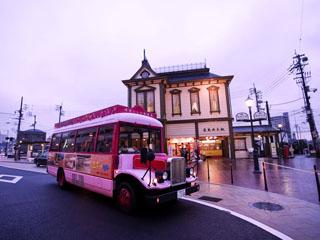 道後プリンスホテル ボンネットバスで道後の街を遊覧。道後温泉駅や道後温泉本館までご送迎致します