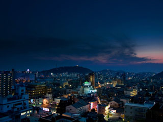 道後御湯(旧:宝荘ホテル) 眺望階、展望露天風呂からの夜景。松山城も臨めます