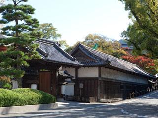 高知城下の天然温泉三翠園 風格ある大門と国の重要文化財「旧山内家下屋敷長屋」