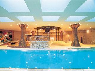 ヒルトン福岡シーホーク アフリカがイメージのリラクゼーションスペース、ソトコトクラブ。プールなどがある