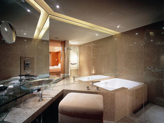 グランド ハイアット 福岡 バスタブとシャワースペースが分かれた贅沢な造りのバスルーム