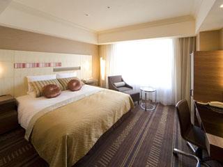 ホテルオークラ福岡 【客室一例】デュベ仕様の最高級クイーンサイズベッドを用意したスタンダードダブル