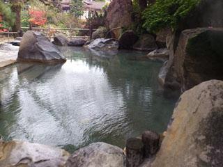 和多屋別荘 庭園の中にあり、大岩を積み重ねた湯船の「浮世風呂」