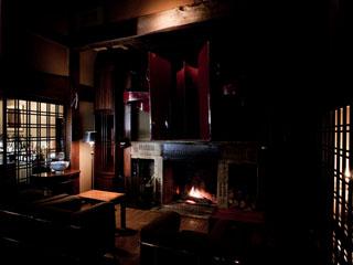 山荘無量塔 山荘無量塔のラウンジ「Tan's Bar」。劇場用のスピーカーが特徴