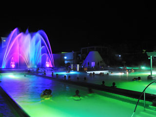 杉乃井ホテル本館 「ザアクアガーデン」の噴水ショーは、水と光と音に演出されて幻想的(夜のみ)