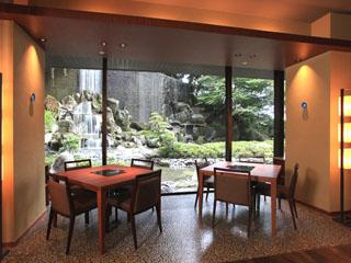 城山観光ホテル(2018年5月8日より:城山ホテル鹿児島) 総客室数365室。7つのレストラン、2つのバー、ショップなど館内施設も充実