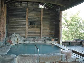 旅行人山荘 館内にある「鹿の湯」は屋根の付いたバリアフリーの貸切露天風呂